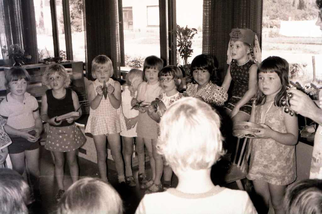 Liesbeth jarig op de kleuterschool 15 augustus 1974(3)